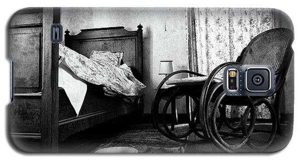 Galaxy S5 Case featuring the photograph Bed Room Rocking Chair - Abandoned Building Bw by Dirk Ercken