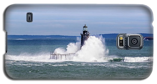 Big Wave Hits Ram Island Ledge Light Galaxy S5 Case