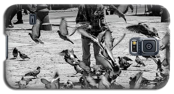 Black And White Of Boy Feeding Pigeons In Sarajevo, Bosnia And Herzegovina  Galaxy S5 Case