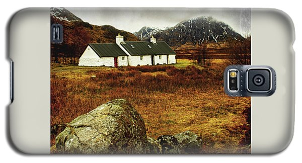 Galaxy S5 Case featuring the photograph Blackrock Cottage Glencoe by Jacqi Elmslie