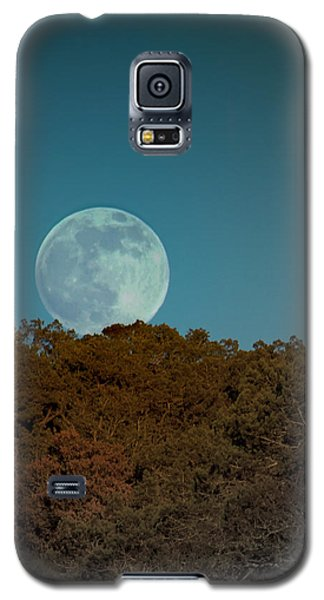 Galaxy S5 Case featuring the photograph Blue Moon Risign by Karen Musick