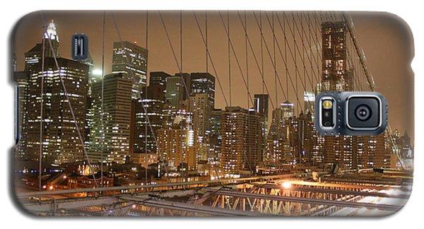 Galaxy S5 Case featuring the photograph Brooklyn Bridge Night Sky by Wilko Van de Kamp