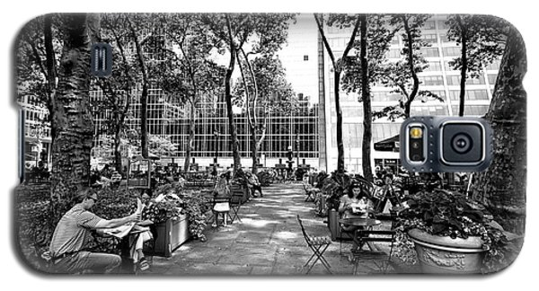 Galaxy S5 Case featuring the photograph Bryant Park Reading by John Rizzuto