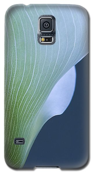 Galaxy S5 Case featuring the photograph Calla Curves by Tom Vaughan
