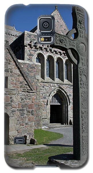 Galaxy S5 Case featuring the photograph Celtic Cross, Iona, Scotland by Jacqi Elmslie
