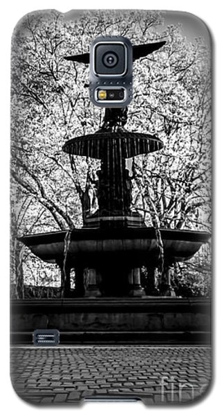 Central Park's Bethesda Fountain - Bw Galaxy S5 Case by James Aiken