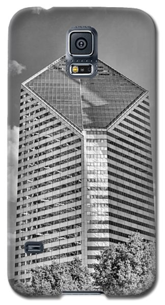 Galaxy S5 Case featuring the photograph Chicago Smurfit-stone Building Black And White by Christopher Arndt