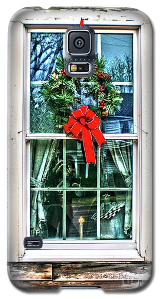 Galaxy S5 Case featuring the photograph Christmas Window by Sandy Moulder