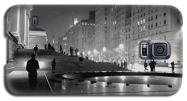 Galaxy S5 Case featuring the photograph Closing At The Met by Sandy Moulder