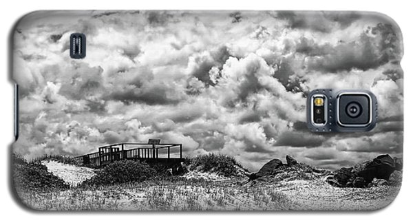 Galaxy S5 Case featuring the photograph Cloudy Beach Black And White By Kaye Menner by Kaye Menner