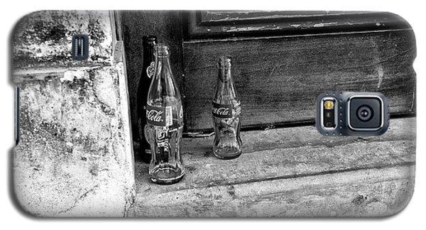 Coke Bottles On The Stoop Mono Galaxy S5 Case