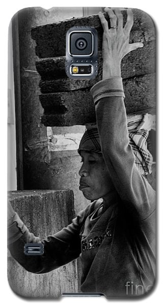 Galaxy S5 Case featuring the photograph Construction Labourer - Bw by Werner Padarin