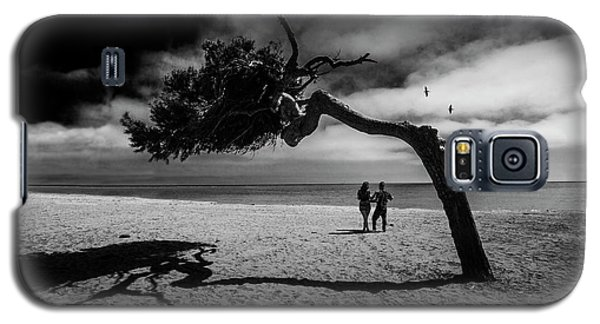 Galaxy S5 Case featuring the photograph Couple On Cabrillo Beach By Los Angeles California by Randall Nyhof