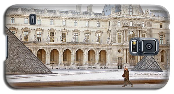 Galaxy S5 Case featuring the photograph Couple Strolling At Louvre Museum  by Ivy Ho