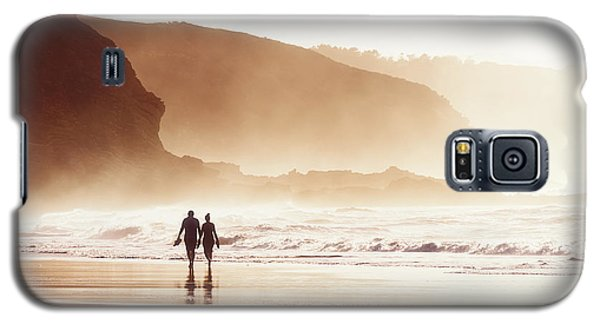 Couple Walking On Beach With Fog Galaxy S5 Case