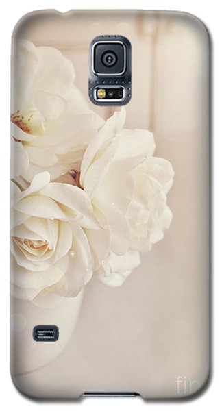 Galaxy S5 Case featuring the photograph Cream Roses In Vase by Lyn Randle