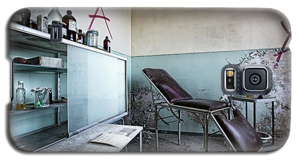 Galaxy S5 Case featuring the photograph Doctor Chair Awaits Patient - Urbex Exploaration by Dirk Ercken