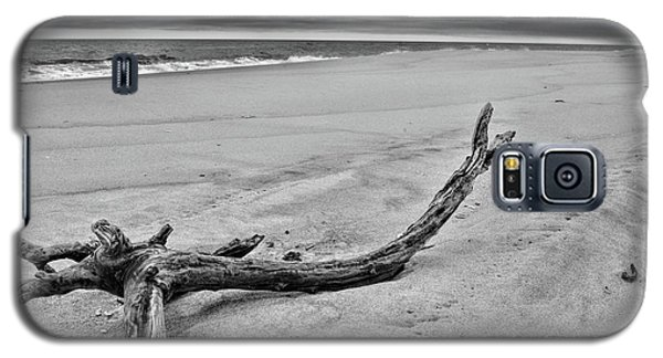 Galaxy S5 Case featuring the photograph Driftwood On The Beach In Black And White by Paul Ward