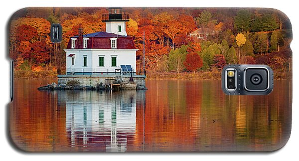 Galaxy S5 Case featuring the photograph Esopus Lighthouse In Late Fall #2 by Jeff Severson