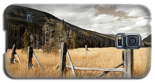 Galaxy S5 Case featuring the photograph Fallowfield Weathered Fence Rocky Mountain National Park Dramatic Sky by John Stephens
