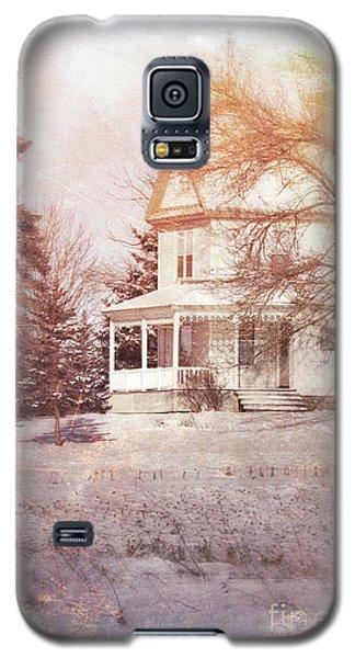 Galaxy S5 Case featuring the photograph Farmhouse In Snow by Jill Battaglia