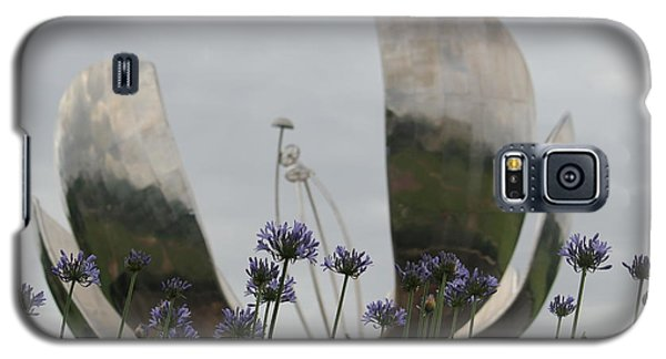 Galaxy S5 Case featuring the photograph Floralis Generalis by Wilko Van de Kamp
