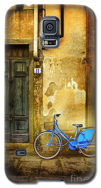 Galaxy S5 Case featuring the photograph Florence Blue Bicycle by Craig J Satterlee