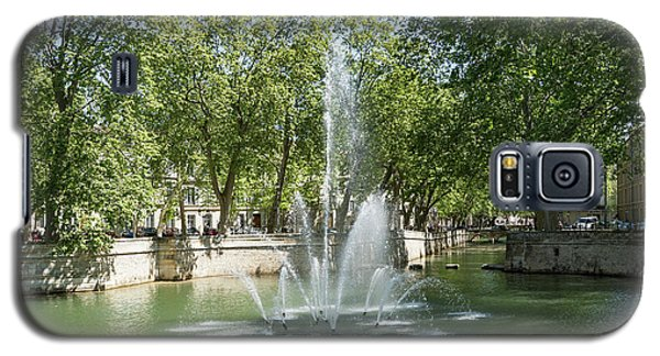 Galaxy S5 Case featuring the photograph Fontaine De Nimes by Scott Carruthers
