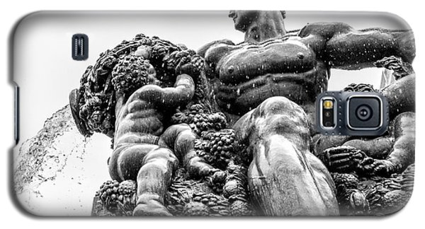 Galaxy S5 Case featuring the photograph Fontana Di Piazza Solferino-1 by Sonny Marcyan