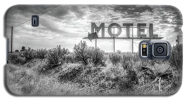 Galaxy S5 Case featuring the photograph Forgotten Motel Sign by Spencer McDonald