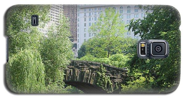 Galaxy S5 Case featuring the photograph Gapstow Bridge by Wilko Van de Kamp