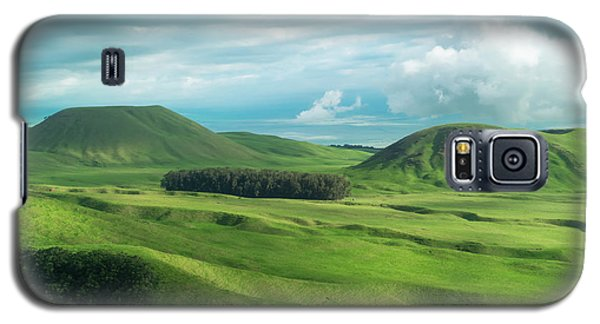 Helicopter Galaxy S5 Case - Green Hills On The Big Island Of Hawaii by Larry Marshall