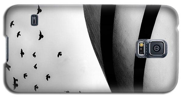 Guggenheim Museum With Pigeons Galaxy S5 Case by Dave Beckerman