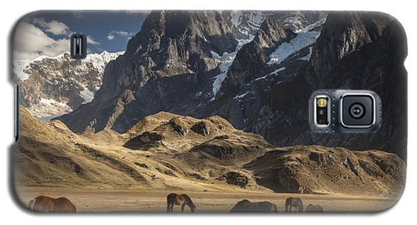 Horses Grazing Under Siula Grande Galaxy S5 Case