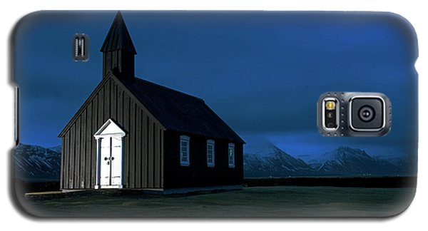 Galaxy S5 Case featuring the photograph Icelandic Church At Night by Dubi Roman