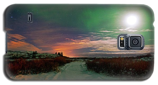 Galaxy S5 Case featuring the photograph Iceland's Landscape At Night by Dubi Roman