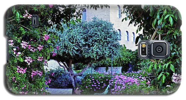 In The Garden At Mount Zion Hotel  Galaxy S5 Case by Lydia Holly