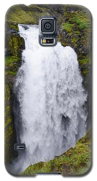 Into The Depths - Waterfall On Iceland's Fimmvorduhals Trail Galaxy S5 Case