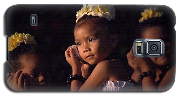 Galaxy S5 Case featuring the photograph Keiki Conch Shell Hula by Lori Seaman