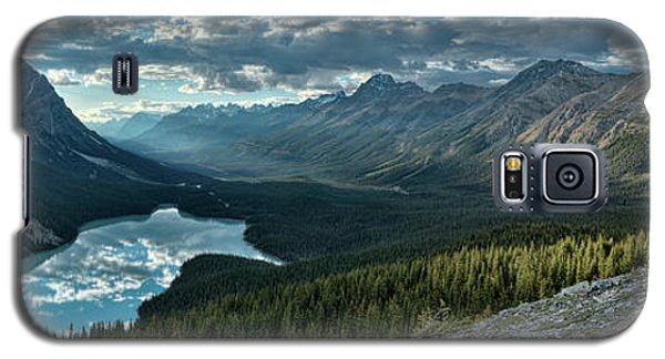 Galaxy S5 Case featuring the photograph Last Rays Of Light Over Peyto Lake by Sebastien Coursol