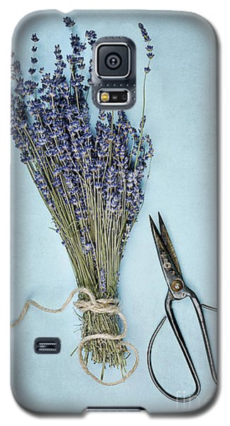 Galaxy S5 Case featuring the photograph Lavender And Antique Scissors by Stephanie Frey
