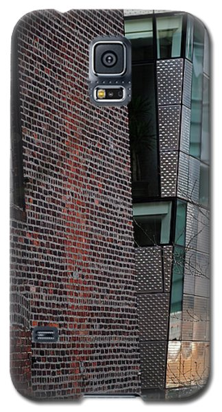 Galaxy S5 Case featuring the photograph Leaning In At The High Line by Rona Black