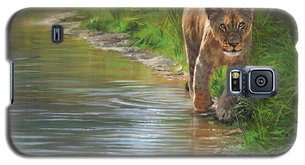 Galaxy S5 Case featuring the painting Lioness. Water's Edge by David Stribbling
