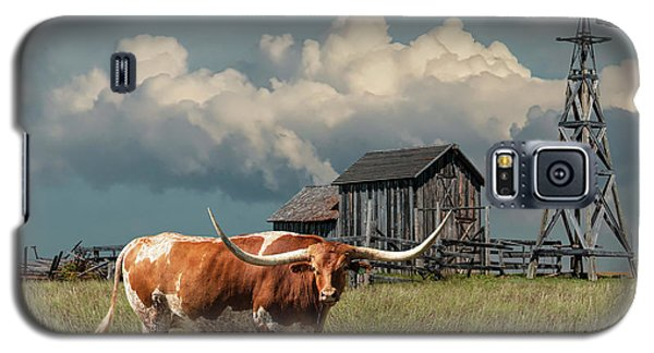 Longhorn Steer In A Prairie Pasture By Windmill And Old Gray Wooden Barn Galaxy S5 Case