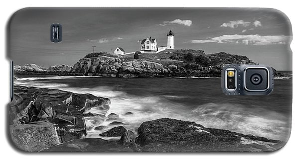 Galaxy S5 Case featuring the photograph Maine Cape Neddick Lighthouse In Bw by Ranjay Mitra
