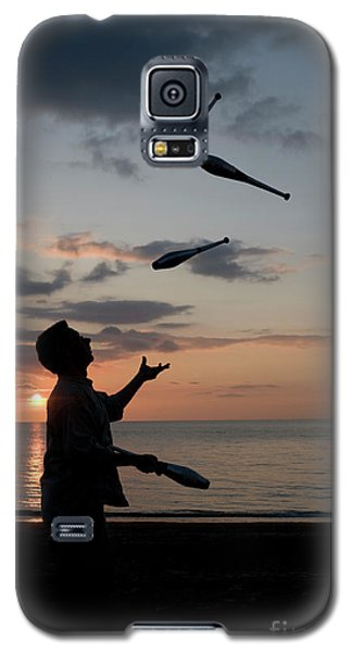 Man Juggling With Four Clubs At Sunset Galaxy S5 Case
