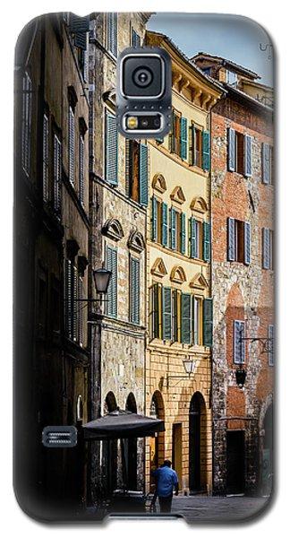 Man Walking Alone In Small Street In Siena, Tuscany, Italy Galaxy S5 Case
