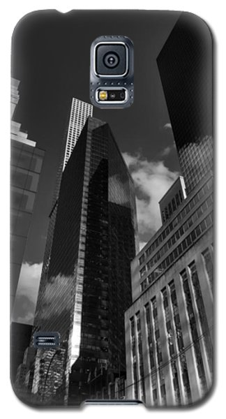 Galaxy S5 Case featuring the photograph Manhattan - 5th Ave. 001 Bw by Lance Vaughn