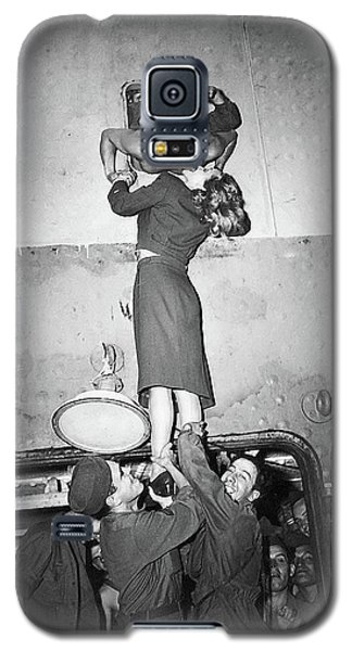 Marlene Dietrich Kissing Soldier Returning From Ww2 1945 Galaxy S5 Case
