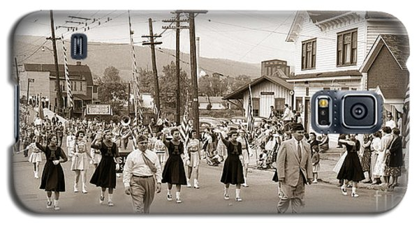 Memorial Day Parade Ashley Pa With Train Station And The Huber Colliery In Background 1955 Galaxy S5 Case